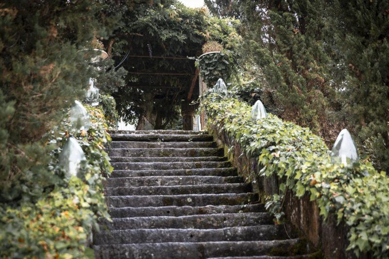 Esacaleras que llevan al salón de la boda de Melissa y Jonatan