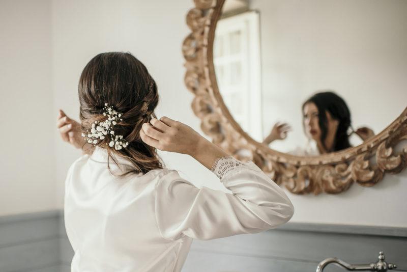 Melissa mirándose en el espejo el día de su boda con Jonatan